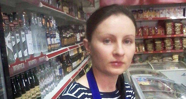 Бесстрашная сотрудница магазина, не испугавшаяся вооруженного мужчины