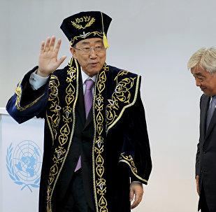 Генеральный секретарь Организации Объединенных Наций Пан Ги Мун (L) в национальной казахской одежде