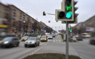Архивное фото пешеходного перехода и светофора на городском проспекте