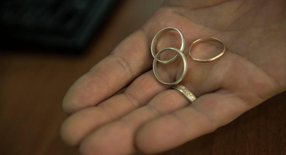 Обручальные кольца в руке