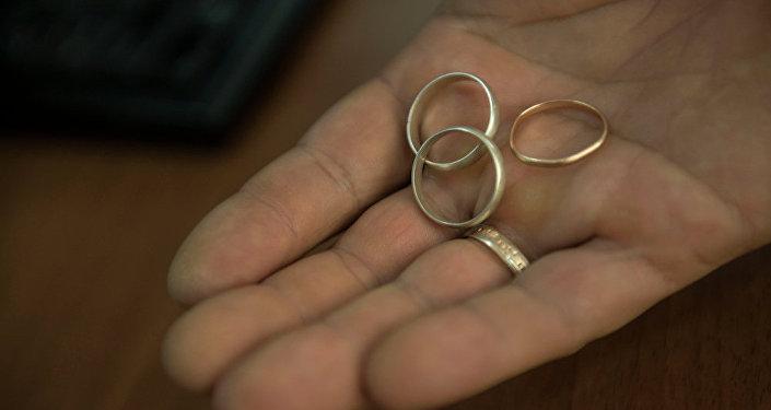 Кольца молодеженов в руке
