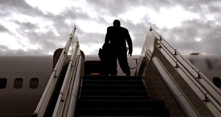 Пассажир стоит на самолетном трапе, архивное фото