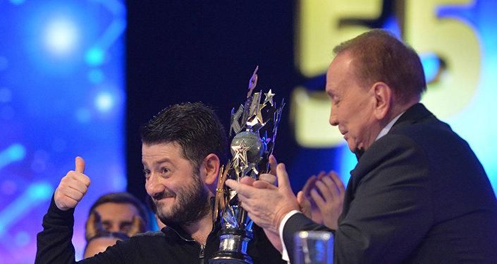 Президент Международного союза КВН Александр Масляков (справа) и актер и шоумен Михаил Галустян