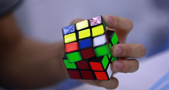 Архивное фото кубика Рубика