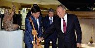 Нурсултан Назарбаев подарил домбру Мультимедийному центру традиционной музыки в Алматы