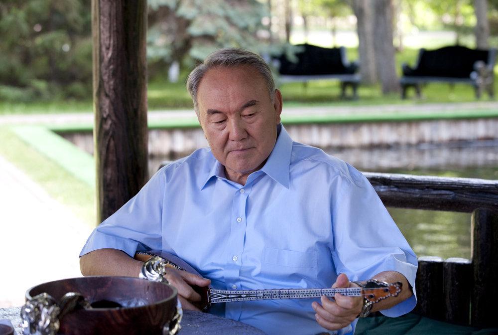 Президент Нұрсұлтан Назарбаев домбыра тартып отыр