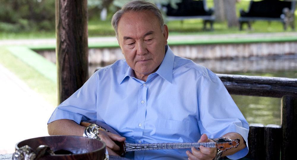 Нұрсұлтан Назарбаев  домбыра тартып отыр
