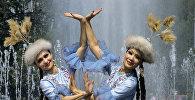 Казахские девушки в национальных костюмах