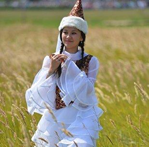 Девушка в национальной одежде на празднике казахской культуры, фото из архива