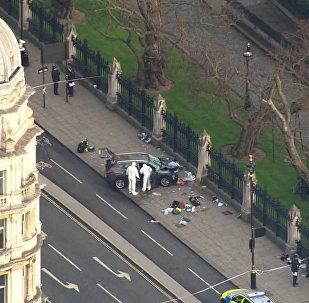 Эвакуация людей и исследование машины преступника на месте теракта в Лондоне