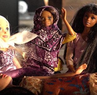 Жительница США начала выпускать хиджабы для Барби