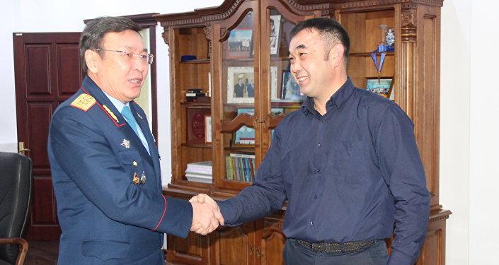 Таксиста-героя наградили в Павлодаре