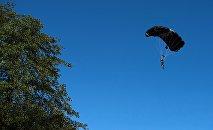 Архивное фото прыжка с парашютом