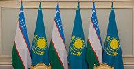 Флаги Казахстана и Узбекистана, архивное фото