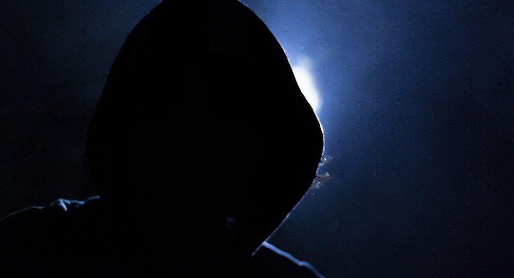 Человек в капюшоне на улице ночью