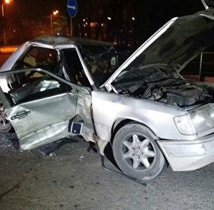 ВАЗ-2114 и Mercedes-Benz столкнулись в Алматы