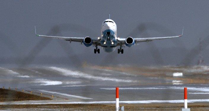 Самолет совершает посадку в аэропорту, архивное фото