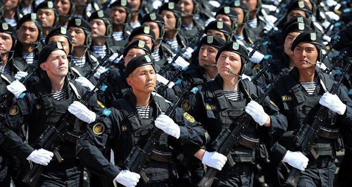 Казахстанские военнослужащие на параде