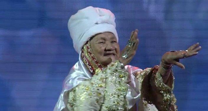 Мы нашли ее: танцующая апашка живет в Алматинской области