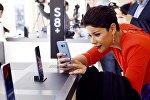 Женщина делает фото на смартфон Samsung Galaxy S8