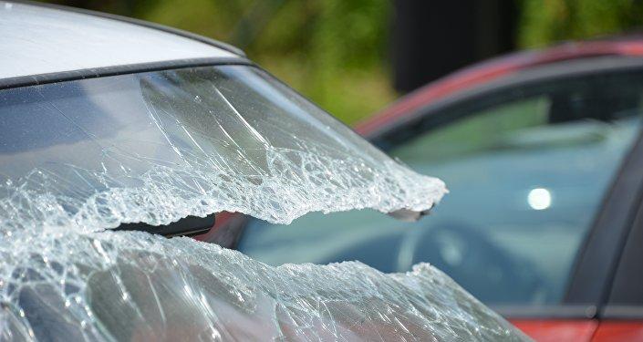 Разбитое стекло автомобиля, дтп