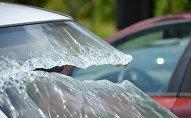 Разбитое стекло автомобиля, иллюстративное фото