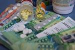 Лекарства, деньги (архивное фото)