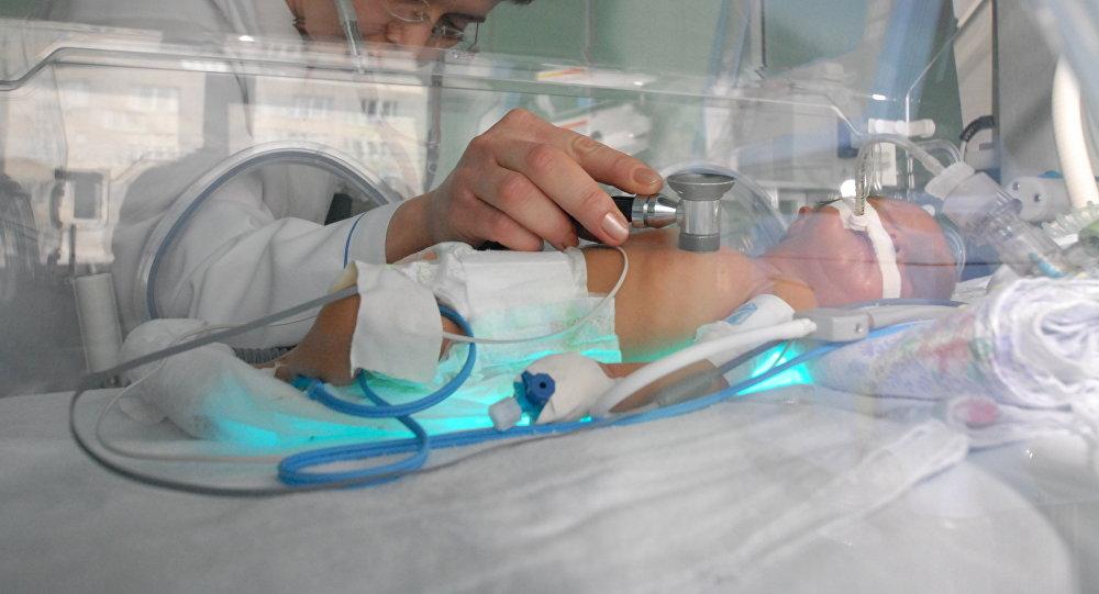 Архивное фото младенца в неонатальном отделении