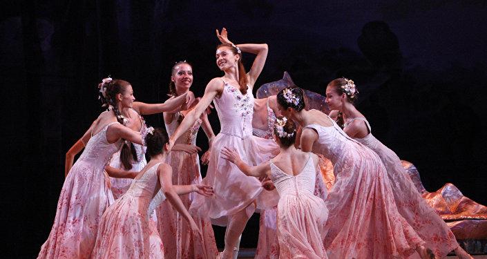 Выступление артистов Мариинского театра - сцена из балета Сон в летнюю ночь, архивное фото
