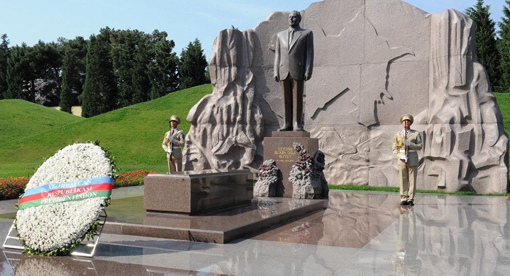 Архивное фото могилы Гейдара Алиева в Баку