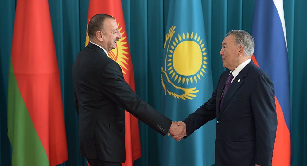 Президент Азербайджана Ильхам Алиев (слева) и президент Казахстана Нурсултан Назарбаев, архивное фото