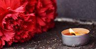 Цветы и свечи в память о жертвах теракта в метро Санкт-Петербурга возле Генконсульства Алматы
