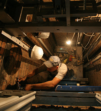Архивное фото ремотных работ лифтового оборудования