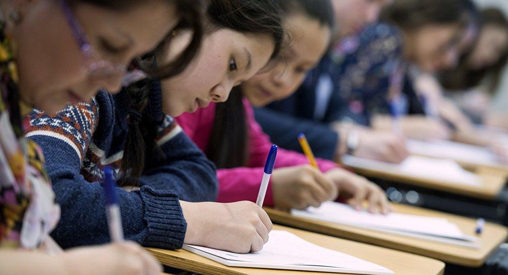 Студенты пишут диктант, архивное фото