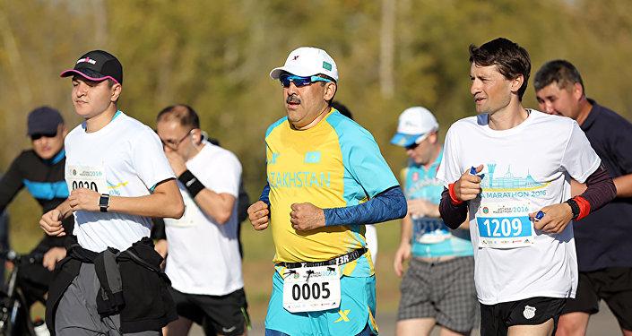 Архивное фото Карима Масимова во время благотворительного марафона в Астане
