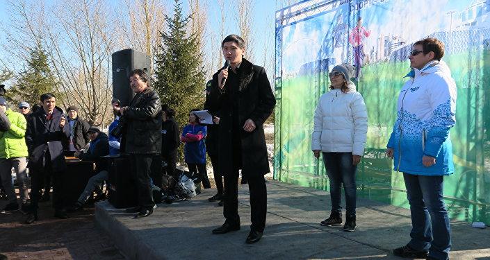 Бахтияр Артаев выступает перед участниками марафона