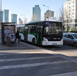 Автобус на остановке, архивное фото