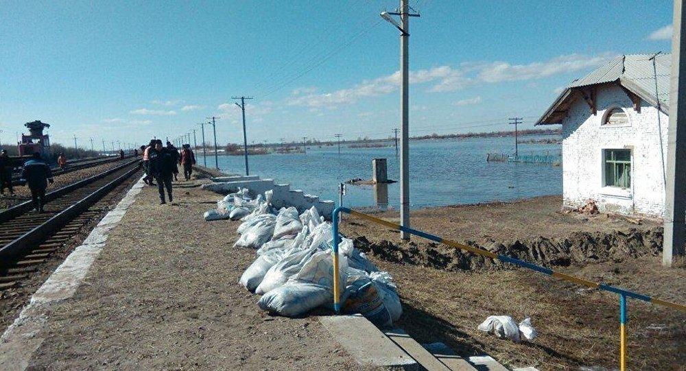 На востоке Казахстана пытаются не допустить затопление ж/д станции