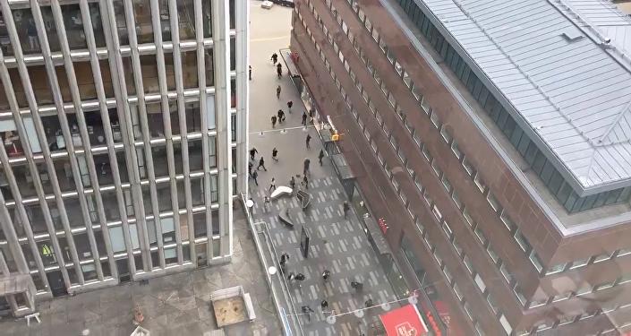 Люди убегали от места наезда грузовика на толпу пешеходов в Стокгольме