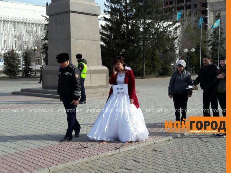 Жительница Актобе в платье невесты вышла на странную акцию