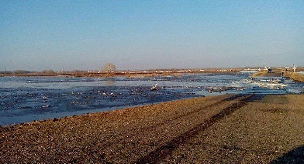 В ВКО талыми водами затопило дорогу Семей – Долонь