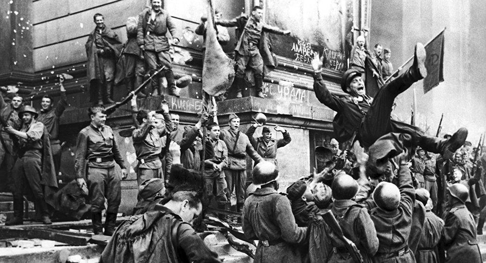 Битва за Берлин көркем фильмінен үзінді