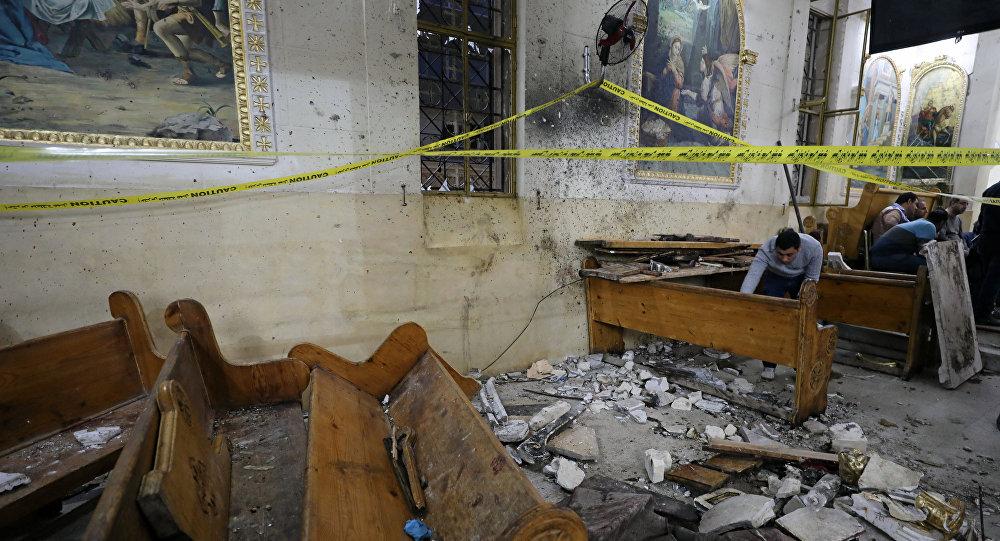 Последствия взрыва в церкви города Танта, где смертник вошел в храм во время праздничного богослужения и привел в действие взрывное устройство
