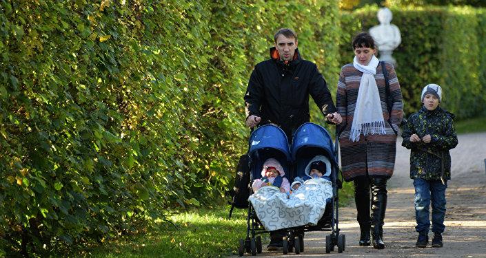 Семья с детьми на прогулке, архивное фото