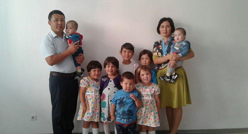 В семье родилось три пары близнецов
