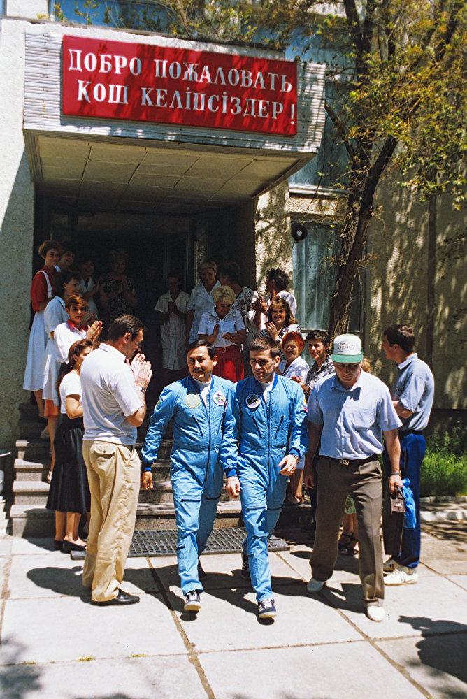 Архивное фото проводов экипажа космического корабля Союз ТМ-19
