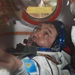 Примерка скафандров и осмотр космического корабля основным экипажем МКС-45/46/ЭП-18