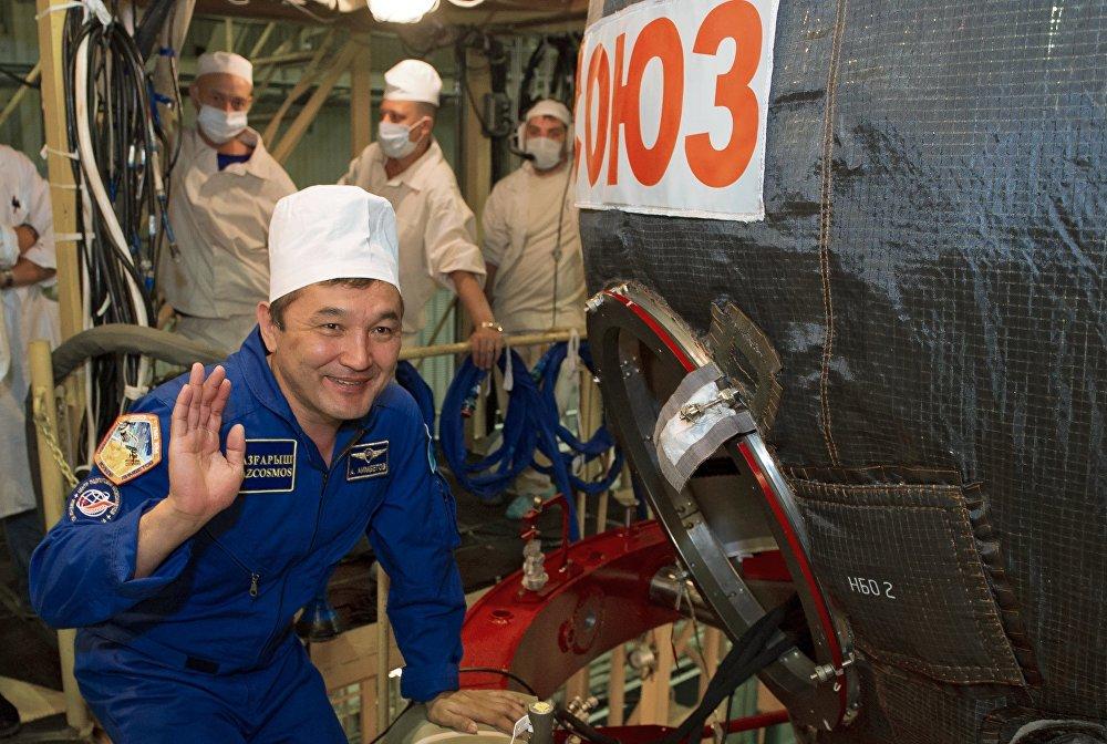 Архивное фото осмотра космического корабля основным экипажем МКС-45/46/ЭП-18