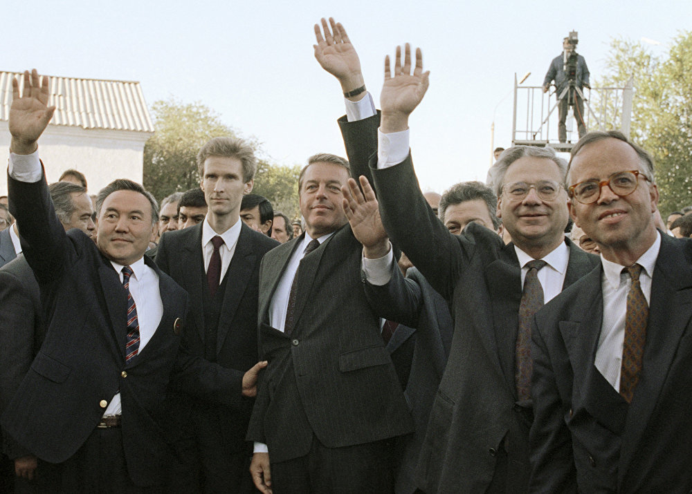 Архивное фото Нурсултана Назарбаева и Франца Враницкого на космодроме Байконур