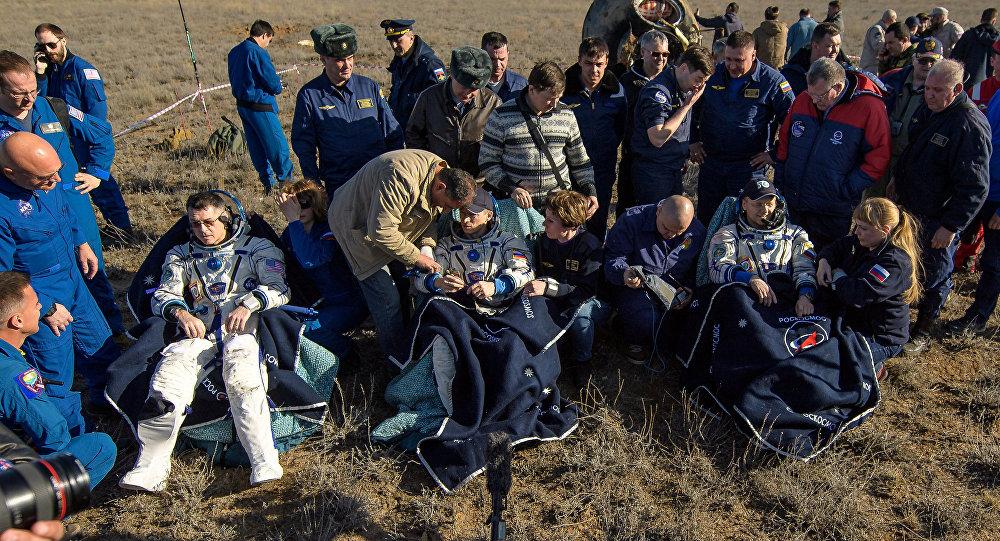 Члены экипажа корабля Союз МС-02 после приземления